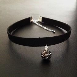Collier chic de soirée ras de cou glamour pendentif boule cristal gris noir