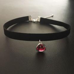 Collier chic glamour ras de cou noir pendentif goutte facettée rouge rubis