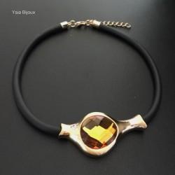 Collier tour de cou noir en plaqué or et cabochon en verre couleur ambre