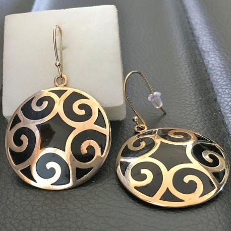 Paire de boucles d'oreilles en plaqué or 18 carats et résine noire, crochets pendants ronds décor spirales.